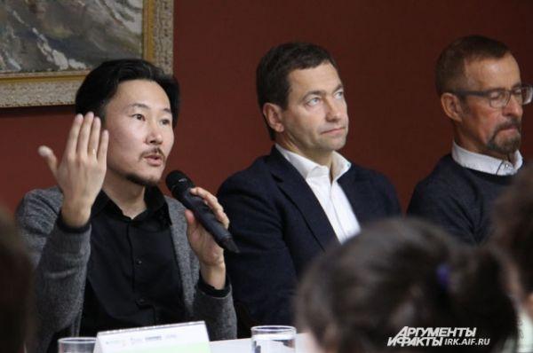 На пресс-конференции по случаю открытия выставки Зорикто Доржиев рассказал, почему объеденил разностилевые, на первый взгляд, картины в один проект. В этом и заключается теория хаоса.