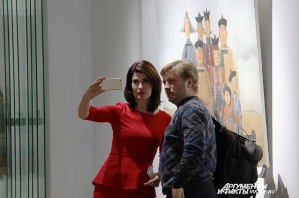 Социальные сети в день открытия выставки наполнились яркими селфи с картинами Зорикто.