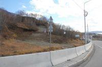 Проезд к горнолыжной базе оказался перекрыт из-за установки парапетного ограждения вдоль трассы.