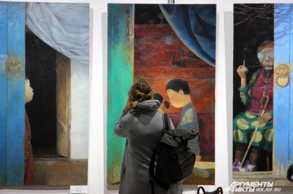 На выставке можно увидеть несколько триптихов - комбинаций из трёх разных полотен, объединённых одним настроением.