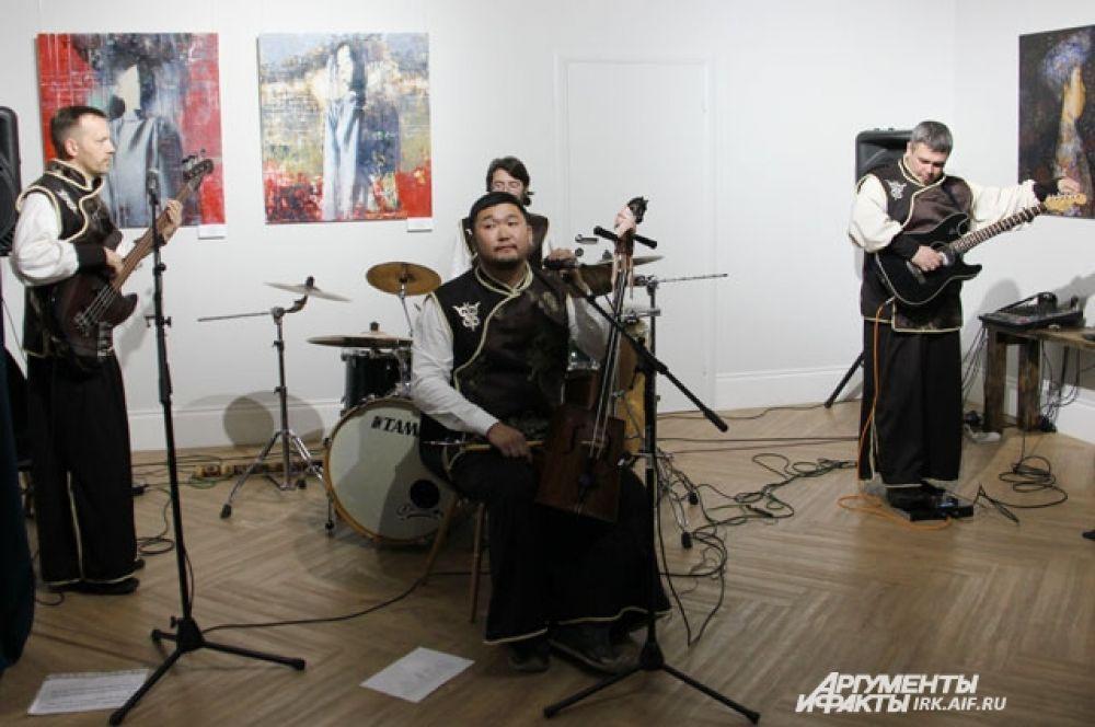 На открытии выставки бурятского художника национальные мотивы картин переплелись с этнической музыкой.