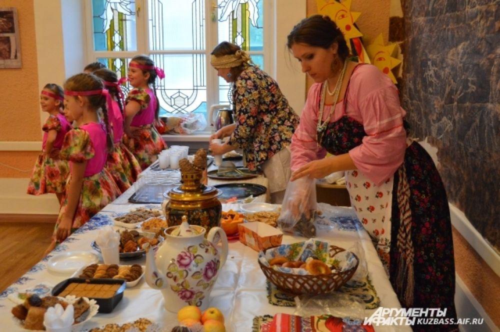 После бурного веселья гости угощались чаем и яствами от красивых русских девок – тем, что принесли сами.