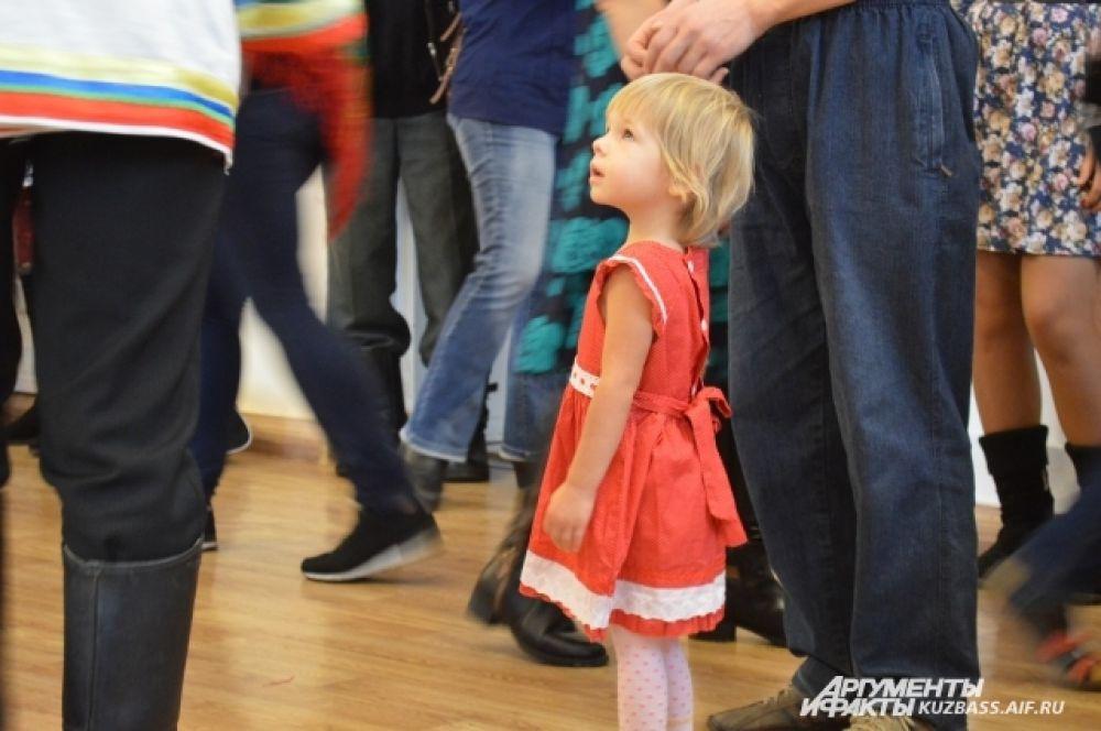 Пожилые участницы вечёрки с интересом и удовольствием смотрели на выступления артистов, а дети – восторженно следили за каждым их движением или, хохоча, бегали по залу.