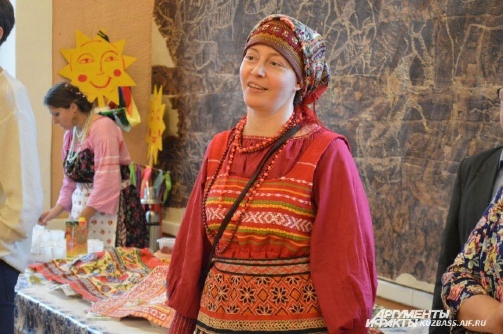Помимо этого коллектив «Русские вечёрки» учит всех желающих вокалу, русской традиционной хореографии, игре на инструментах, народным забавам и хороводным песням.