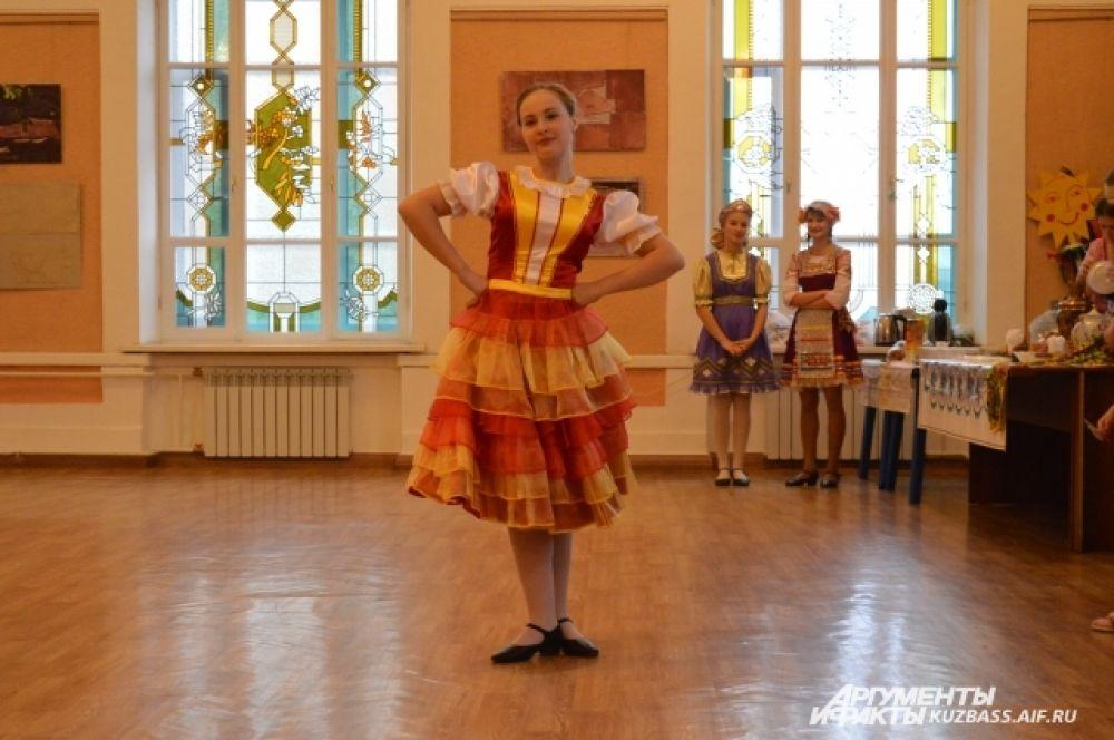 Открывали вечёрку задорно отплясывающие ученицы одной из кемеровских детских школ искусств.