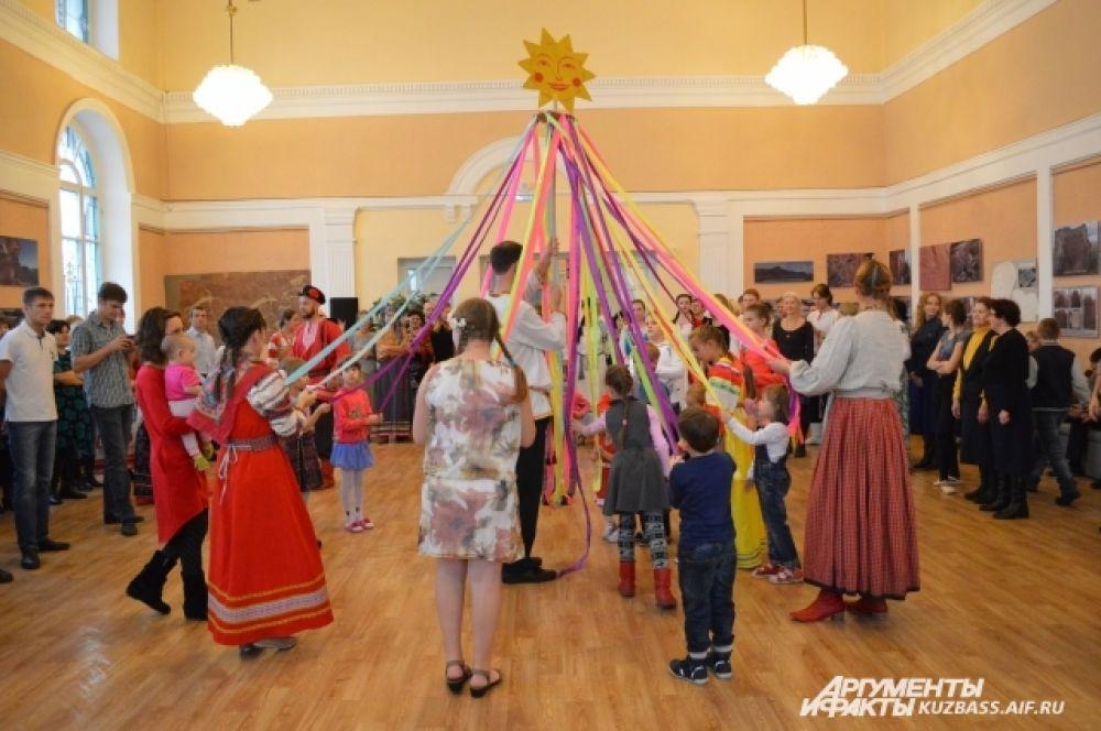 Воздавали хвалу вместе с малышами симпатичному стилизованному солнцу, тоже хороводом – древнейшим обрядовым танцем славянских народов.