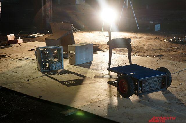 Роботы крушили старые вещи на полигоне.