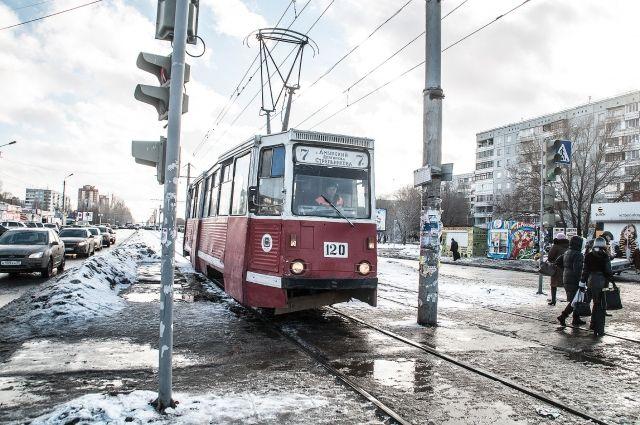 Автоледи вылетела на пути прямо перед идущим трамваем.