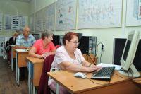 Пожилых людей научат пользоваться компьютером.