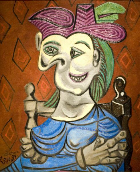 Женщины остаются главными жертвами его жестоких бессознательных причуд. «Сидящая женщина в голубом платье», 1939 год.