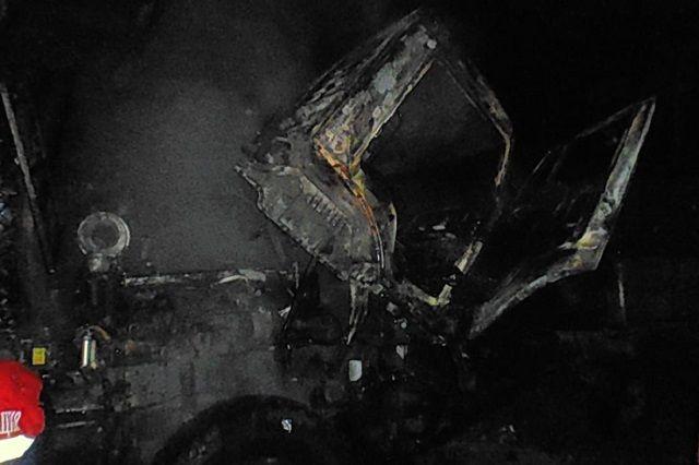 В результате пожара выгорела кабина и моторный отсек автомобиля КамАЗ.