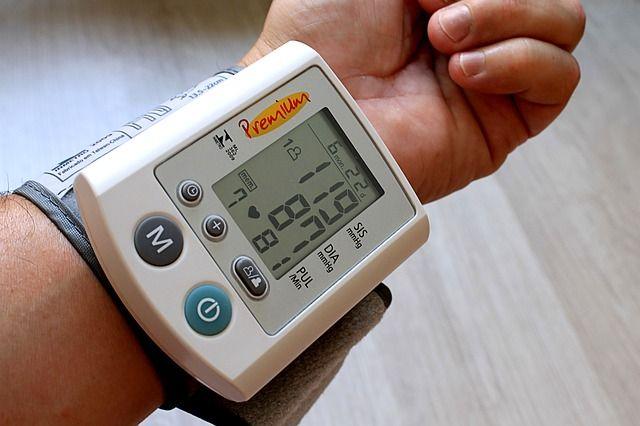 Нужно следить за своим артериальным давлением: оно не должно превышать значения 140 на 90.