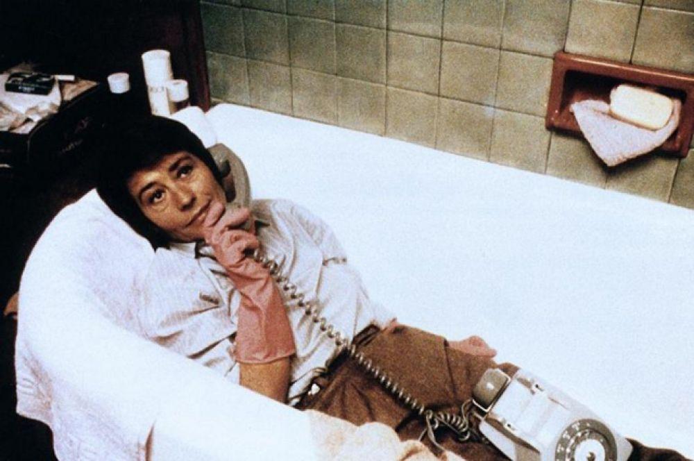 Отношения актрисы с большим кино усложняются — режиссеры не предлагают ничего стоящего, однако Жирардо остаётся любимицей публики, снимаясь на телевидении. «Говорите, мне интересно» (1979).