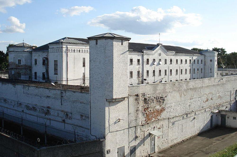 «Белый лебедь» — исправительная колония особого режима для пожизненно осужденных в городе Соликамске (Пермский край). Отличается одним из самых жестких режимов в системе исправительных учреждений, средний срок отбытия наказаний до смерти заключенного составляет 3-7 лет.