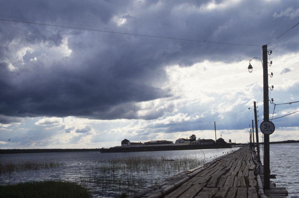 «Вологодский пятак» — колония особого режима для пожизненных заключенных. Расположена в бывшем Кирилло-Новоезерском монастыре на озере Новом (остров Огненный) вблизи города Белозерска в Вологодской области, из-за чего ее называют русским Алькатрасом.
