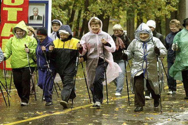 Не хотите зависеть от проблем здравоохранения? Тогда берите в руки палки для скандинавской ходьбы и собственное здоровье.