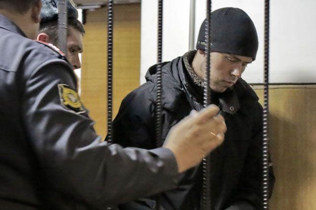 Юрист Дмитрий Виноградов, расстрелявший семь человек нааптечном складе наЧермянской улице, вовремя заседания Бабушкинского суда города Москвы.