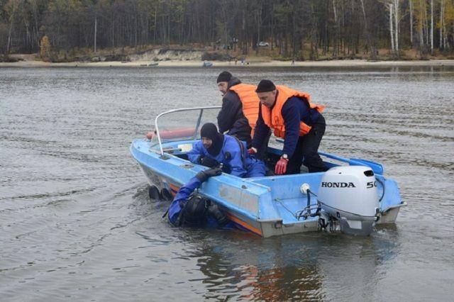 К поискам утонувшего рыбака подключились водолазы.