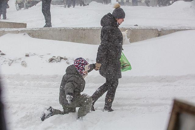 Снежные заносы затрудняют передвижение по городу
