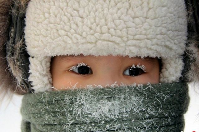 НаДонбассе ребенок замерз возле закрытой двери