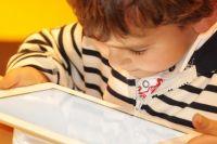 Ребенок за планшетом