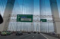 Вантовый Большой Обуховский мост, соединяющий две части района.