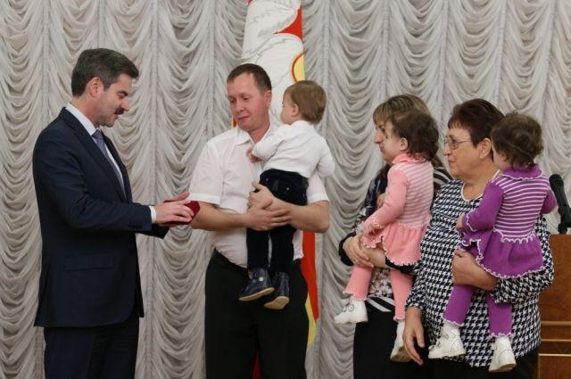 Многодетным семьям вручили ключи на торжественной церемонии в резиденции губернатора.