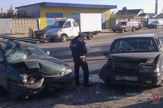 ВВолгограде из-за скользкой дороги врезались три легковушки