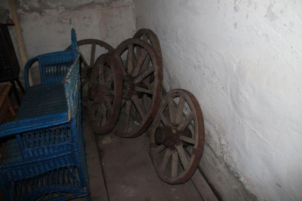 В подвале музея - образцы изделий из окрестных деревень.