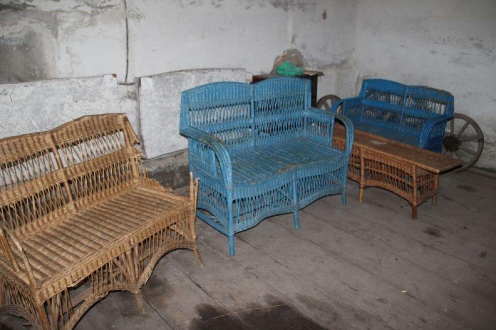 Предметы особой гордости - плетёная мебель акшуатского производства.