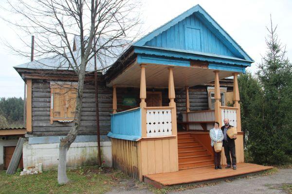 Фото на пороге музея. Здание досталось от бывшего лесничества.