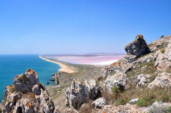 Кояшское озеро расположено на Восточном берегу Крымского полуострова, между городами Керчь и Феодосия. Озеро входит в состав Опукского природного заповедника.