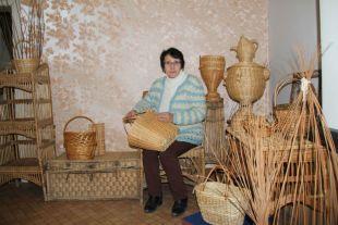 Директор музея Вера Петровна Фомина среди изделий местных мастеров.