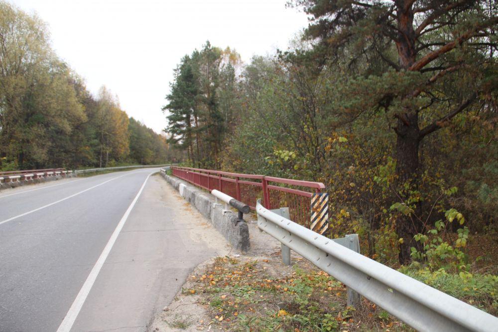 """Перила моста не зря выкрашены в красный цвет. Здесь, при въезде в имение у Поливановых был """"Красный мост""""."""