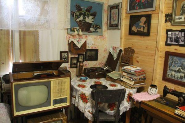 А здесь выставлены предметы 30-60-х годов.