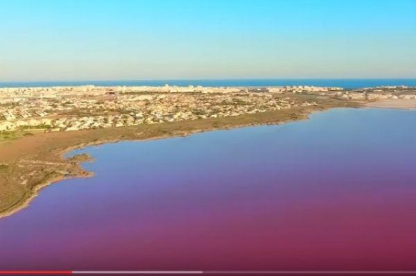 Розовое озеро Торревьехи - это соленое озеро, окружающее приморский город на юго-востоке Испании.