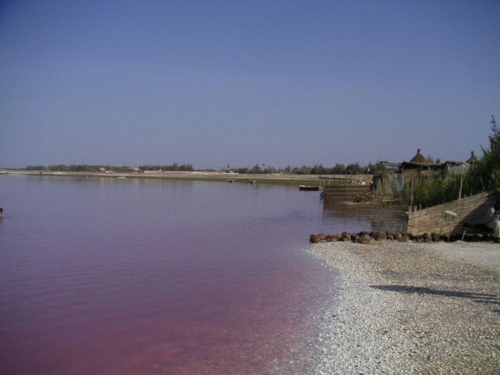 Озеро Ретба находится к востоку от полуострова Зелёный мыс в Сенегале