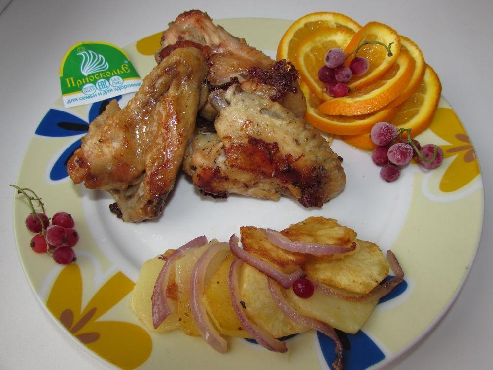 Куриные крылышки под соево-апельсиновым соусом. Мне понадобились: куриные крылья 900г, соль, пряности, три столовых ложки соевого соуса и половинка апельсина. Готовлю это блюдо чаще в мультиварке, время приготовления - 20 минут. Куриные крылья солим, хорошо перемешиваем с соевым соусом и пряностями по вкусу. Ставим крылья запекаться, за пять минут до готовности выжимаем сок половины апельсина на крылья. Соевый соус и апельсиновый сок отлично карамелизируют куриные крылья, придавая им особый вкус и золотистый цвет!