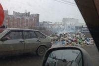Движение по мосту было парализовано из-за кучи мусора.