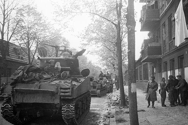 Танк американского производства, поставленный по ленд-лизу, на берлинской улице.