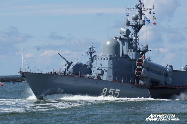 НАТО настороже: два русских корабля сракетами вошли вБалтийское море