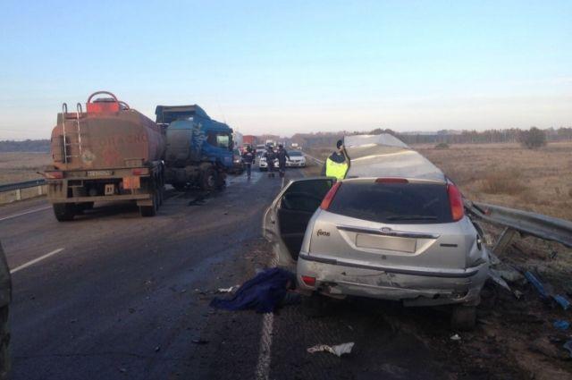 Под Воронежем Форд Focus столкнулся сбензовозом: шофёр легковушки умер