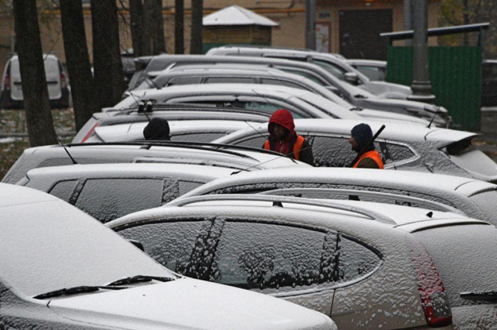 Сотрудники коммунальных служб убирают снег на одной из улиц в Москве.