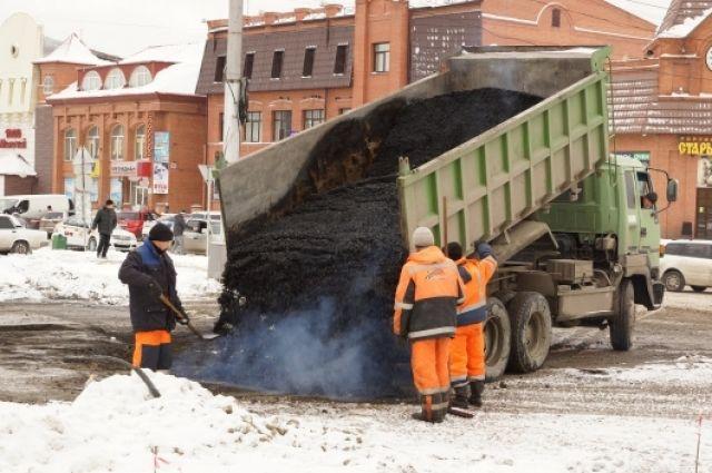 На центральной магистрали укладывать асфальт в снег недопустимо, считают активисты.