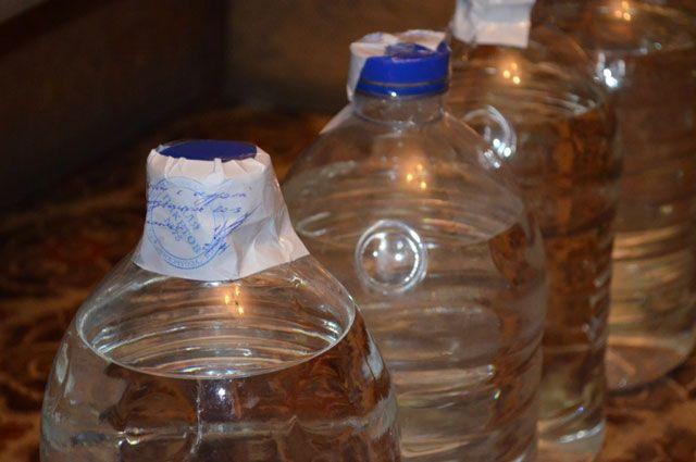 Женщина продавала спиртосодержащую жидкость всем желающим.