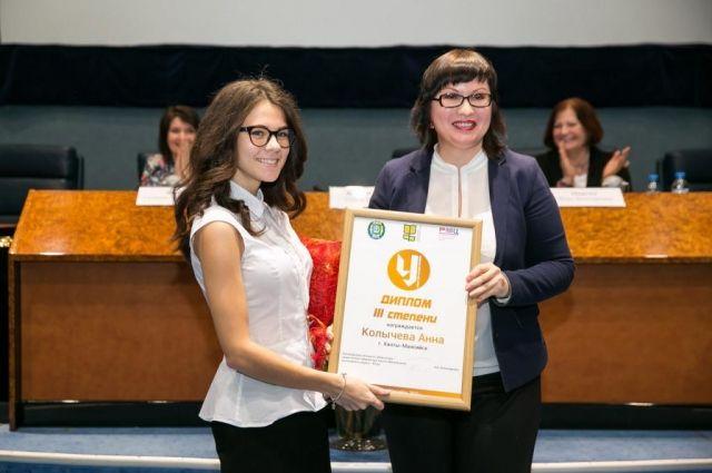 Студентка Анна Колычева на вручении диплома.