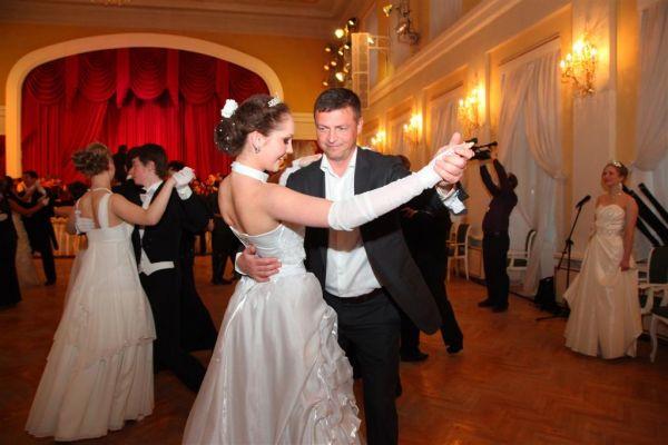 Мэр города кружит с юной красавицей в танце на Первом Смоленском балу. Николай Алашеев танцевал вальс и даже попробовал свои силы, пожалуй, в сложнейшем бальном танце – кадрили.