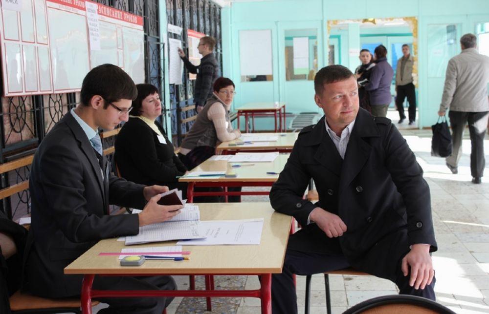 Николай Алашеев голосует в школе № 33 на выборах в региональный парламент. Тогда еще глава администрации Смоленска признался, что выбор для него не был сложным.