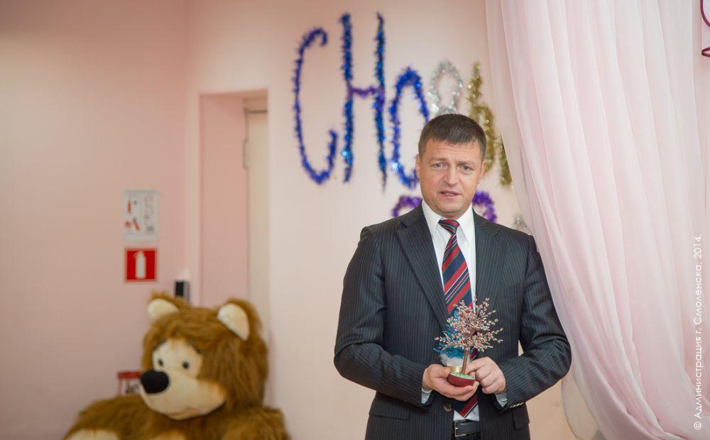 Николай Алашеев поздравляет с Новым годом воспитанников детского дома «Гнездышко». Все ребята в этот вечер получили пригласительные билеты в цирк.