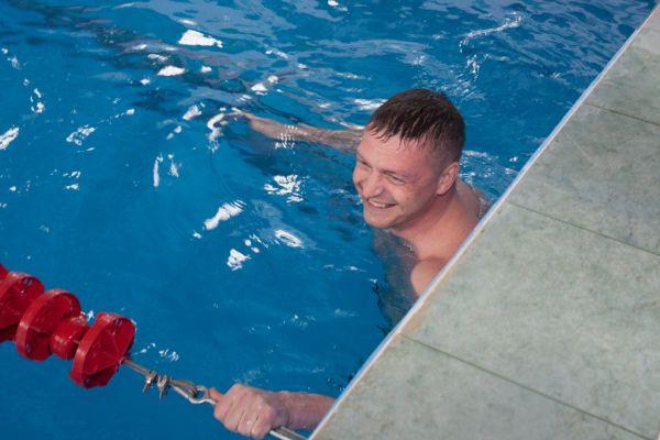 Николай Алашеев решил самостоятельно протестировать плавательную дорожку смоленского бассейна «Дельфин» во время проведения соревнований по плаванию. До этого момента бассейн долгие годы был закрыт на реконструкцию.